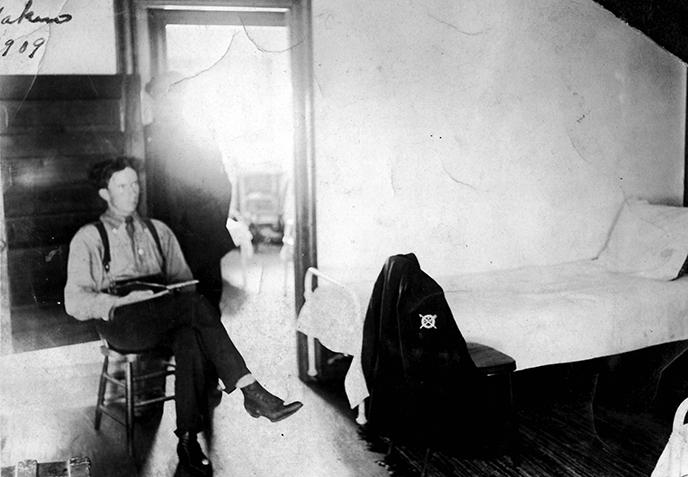 USLSSHA-sundays-surfmen-downtime-reading-bunkroom-1909